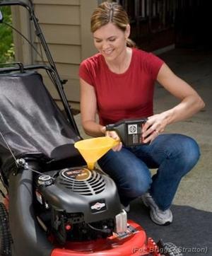 Dobrze jest, aby olej silnikowy wymieniać po każdych 25 godzinach pracy kosiarki.