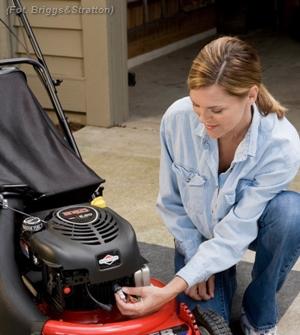 Silnik to serce kosiarki i jeśli nie dbamy o nie właściwie, nie będzie służyło nam długo. Regularne czynności serwisowe, takie jak wymiana oleju, świecy zapłonowej czy filtra powietrza mogą bowiem wydłużyć działanie podzespołów i mechanizmów silnika, a nawet zmniejszyć o jedną trzecią zużycie paliwa i aż o połowę emisję szkodliwych spalin.